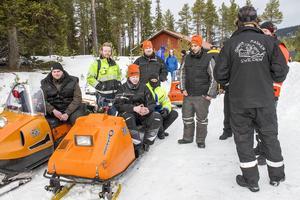 Skoterentusiasterna Svarta kasken har åkt från Gävle för att delta i veteranskoterträffen i Falkboet.