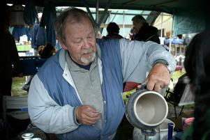 Krukor. Jorma Ukkonen från Ludvika hade mycket porslin och keramik till försäljning.