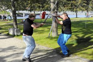 Rasmus Österberg och Linus Eriksson visar upp HEMA, Historical european martial arts. Inte helt ofarligt trots att det inte är riktiga svärd.