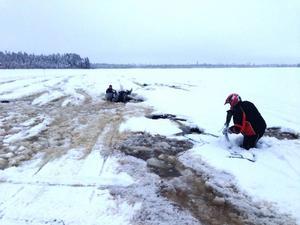 Den här gången gick det bra sedan en flicka kunde få skotern som tryckte fast henne bortplockad men även mannen med räddningslinan gick igenom isen. Foto Per Almestrand