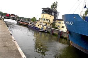 Hotar Mälaren. Dricksvattnet i Mälaren kan hotas när båttrafiken ökar efter att slusseni Södertälje byggs ut, menar Åke Rullgård.