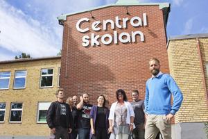 Rektor Nicklas Olivensjö med några av lärarna på Centralskolan. Han har anställt flera lärare på så kallade studiekontrakt.