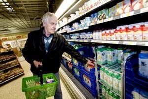 Bäst med lokalt. Bertil Engvall funderar inte så mycket på varifrån mjölken kommer. Men han tycker att det är bäst om butikerna gynnar det lokala mejeriet.