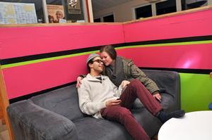 KÄRLEKSMYS. I soffan ligger Joel Sedvall och Tilda Pennanen och myser.