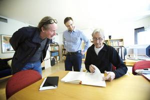 DTs reporter Bo Joffer gräver djupt i Bergsstatens arkiv tillsammans med Bergsstatens gruvingenjörer Urban Pettersson och Berndt Pettersson.