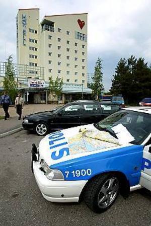 Foto: LEIF JÄDERBERG Jakt. Uppsalapolisen satte in stora styrkor i jakten på rånaren. 17 patruller fick hjälp av fem bilar från Gävle och ett flertal vägspärrar upprättades.