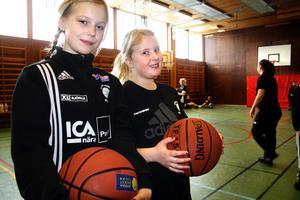 Moa Malmberg och Emelie Lindqvist är två av baskettjejerna i Kumla Ekeby Basket.