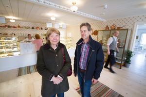 Ann-Cathrin Sigemo och Per Törnblom bor till vardags i Stockholm men har sommarhus i Flohäll och har genom åren besökt Elsas minst en gång varje sommar.
