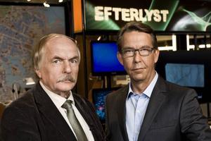 – Ring in tips om vem som kan ha dödat vargen i södra Bollnäs, uppmanar kanske Hasse Aro i rutan snart. Här med bisittaren Tommy Lindström till vänster.