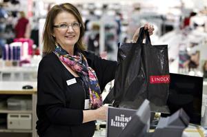 Birgit Jansson, butikschef på Lindex i Valbo, tycker att det vore positivt om Valbo köpcentrum slutade dela ut gratis platspåsar.