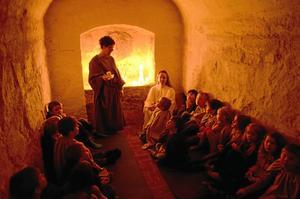 Spännande. Lite läskigt, men kul och spännande, tyckte barnen när de fick gå ner i kryptan under altaret i Kumla kyrka.