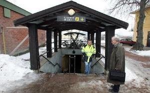 Den gamla tunneln kommer att stängas igen och ersättas med en helt ny.-- Den nya bli fyra meter bred och kommer att lysas upp, säger projektledare Per Torsell.Lennart Stålberg, till höger, säger att den nuvarande tunneln byggdes 1932 och upplevs som o