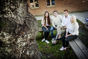Beatrice Larsson, Adrian Gallo, Delmon Barkino och Emma Larsson tycker att de politiska ungdomsförbunden är   osynliga. Att partierna inte får besöka skolorna gör det ännu svårare att mötas.