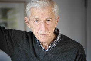 Theodor Kallifatides månar om sina läsare och tycker att det är viktigt att träffa dem. För varje boksläpp reser han runt i Sverige, ofta med egen bil för att se sig om i landet.