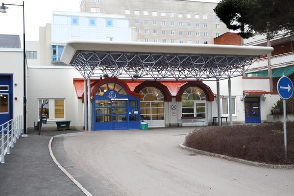 Härvid lasarettsakuten i Falun  lämnades 29-åringen, livsfarligt skottskadad, natten till 12 juni. Nu står han själv åtalad för mordförsök i Gävle.