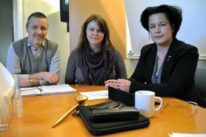 Näringslivsutvecklarna Kjell Bergqvist och Helena Åkerberg Hammarström samt näringslivsutskottets ordförande Lotta Bergstrand (FP) ser positivt på handeln i Säter, trots att flera butiker är på väg att slå igen.