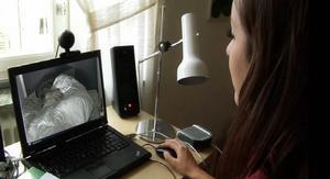 Äldre kan bli väckta när hemtjänsten kommer för tillsyn mitt i natten. Ett alternativ är att ta hjälp av webbkameror som går på vid tiden för tillsyn. Personalen ser om läget är lugnt. Ett eventuellt försök i Borlänge bygger helt på frivilligt deltagande.
