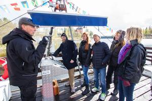 Jan-Gunnar Berggren går igenom säkerhetsrutinerna på Petrolia, båten som tar turister ut till Oljeön. De blivande guiderna Jakob Patring, Eveline Wahlfeldt, Kent Jarlekrantz, Annika Fredrikson och Catrin Eriksson lyssnar.