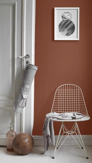 Välkomnande. Varma färger åt rött passar bra i sällskapsrum eftersom de upplevs som energigivande. När du ändå målar om, fräscha även upp dörrar och snickerier.