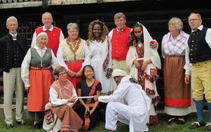 De svenska folkdansarna och våra utländska gäster. Foto: PRivat