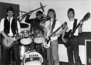 1. Glada killar och en trummis med oortodox stil. Vilket band och vilket årtal kan det vara?