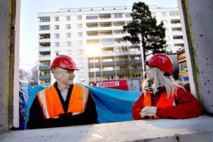 Stefan Lundqvist, VD i Sandvikenhus och Lena Åman (S), ordförande i SH.  På nybygget vid Sveavägen, där 74 hyresrätter byggs.