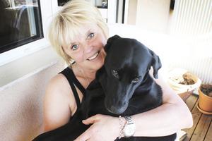 Myser. Annelie Spolander och hunden Zelda myser tillsammans i vårsolen. Snart ska de vara ifrån varandra i tre månader.