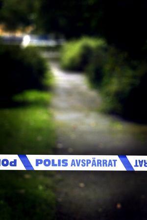 Avspärrning i Karlaparken efter en våldtäkt. Alla vet vilken trygg sköld som möjligheten att ta sällskap till bussen utgör, skriver Hanna Hagert från Vänsterpartiet. Arkivbild: Stig Nyström