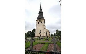 FOTO. JOHNNY FREDBORGVid Stora Tuna kyrka, söder om kyrkan, ligger de flesta av de gravar som är dåligt skötta inom Stora Tuna och Torsångs församlingar.