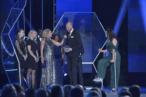 Andreas Granqvist och Jessica Samuelsson tog hem priset som årets försvarare. Foto: Tv4.