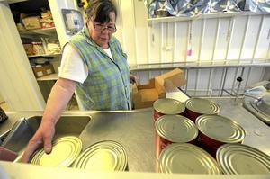 Lunch. För chili con carne till 240 volontärer krävs många stora burkar med vita bönor. Ann-Christine Hultin-Krantz förbereder.
