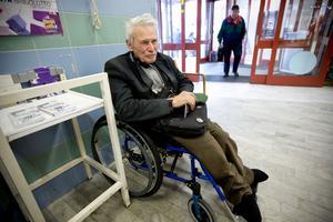Ms-sjuke Per-Arne Andersson får igen hjälp av landstinget med nya skor. Han har väntat sedan i juni men inget händer. Ett par tjocka strumpor får istället fungera som skor.