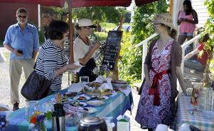 Mia Svartholm (till höger) och Rut Olsson (vid tavlan) serverade fika till gästerna på skördefesten.