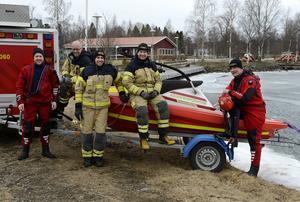 Räddningstjänsten i Timrå visar upp den nya båten. Från vänster: Peter Öhlén, Stefan Eriksson, Peter Nordin, Andreas Wedin och Henrik Kerfstedt.