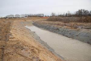 Den nya dammen blir lång och smal. Vattnet, som den sedan ska fyllas med, kommer från skogen.