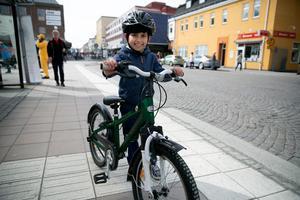 Joey  Haskour, åtta år, lyste med sin nya cykel.