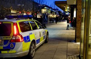 Skribenten beskriver hur Södertälje är under promenaden hem på kvällen.
