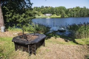 Längst ner vid vattnet har familjen installerat en grillplats för mysiga sommarkvällar.