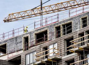 Det är ett svårsmält faktum att fel, brister och skador som uppstår i byggprojekt i Sverige tillåts kosta över 100 miljarder kronor varje år. Omvandlat till antal lägenheter motsvarar redan 59 miljarder kronor minst 27 000 nya hem, skriver Kajsa Hessel, ordförande i Byggcheferna.