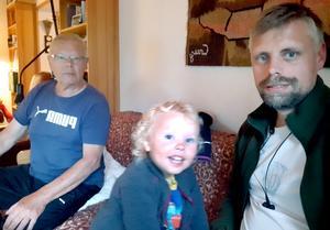 Eddie, barnbarnet Caspian och sonen Henrik umgås i soffan.