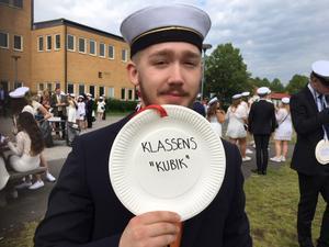 Axel Palmkvist tar studenten på Västerhöjd, han är klassens muskelknutte och har utsetts till klassens