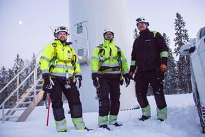 Peter Edin, personalansvarig, och serviceteknikerna Andreas Larsson och Stefan Gunnarsson poserar vid foten av vindkraftverk nummer 53 i Jädraåsparken.