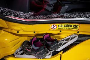 Golvet i lastbilen, som är täckt av en hårig matta, är renare än de flestas vardagsrumsgolv. Budskapet är klart och tydligt, smutsiga skor lämnas utanför.