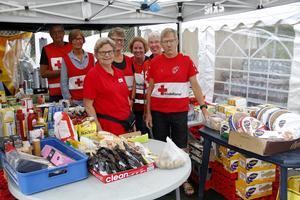 Från de olika depåerna delade Röda korset ut förnödenheter av olika slag till de som bekämpade bränderna.