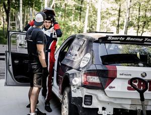 Nikolaj Gryazin tar på sig hjälmen under torsdagens shakedown i  Mariedamm.