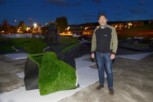 Konstgräset i Nacksta lyfte i den starka vinden och hundratals frigolitskivor blåste omkring. Johan Stagnebo konstaterar att arbetet med att färdigställa fotbollsplanen försenas.