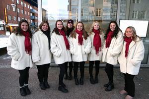 Under julskyltningen presenterades luciakandidaterna. Från vänster Emily Cady, Ellen Lundgren, Emmy Flink, Julia Nyblom, Ida-Louise Fogel Modin, Moa Tägtström och Vilja Carlsson. Bakom dem Amanda Kharchi som är en av de drivande krafterna i luciaarrangemanget.