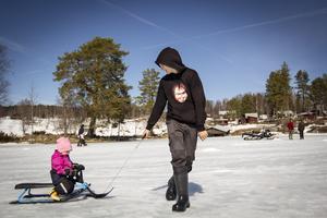 Påskafton 2019 blev en dag med blå himmel. Sebastian Nesterud drog Wilma Domander på snowracer på Boggsjön.