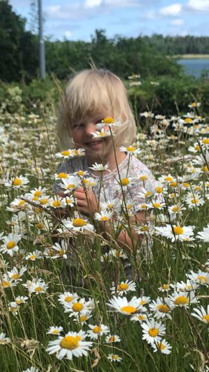 Stina lever sommarlivet i trädgården. Foto: Marianne Colliander