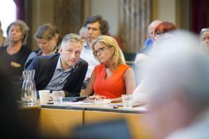 S-kommunalråden Jörgen Edsvik och Åsa Wiklund Lång försöker hitta en lösning som alla partier kan sluta upp bakom.